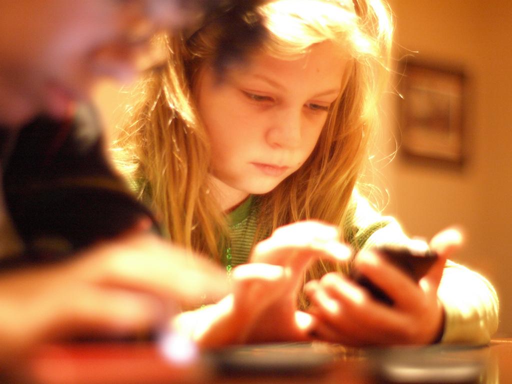 kid teen using smart phone_190857