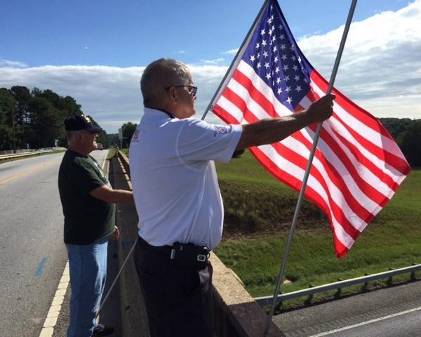 Veterans Holding Flags_55671