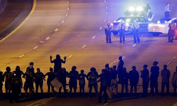 3rd night of Charlotte protests stays largely peaceful_249002