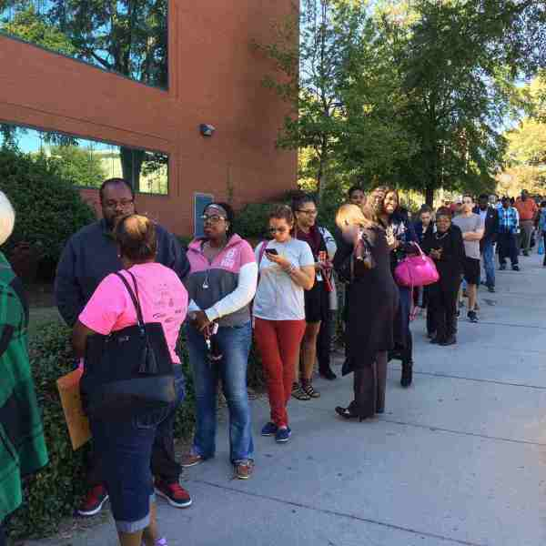 rsz_voters_lined_up_to_vote_absentee_in_person_268451