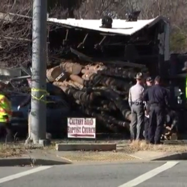 Loggin truck crashes into cars, building in Greer, SC_296656