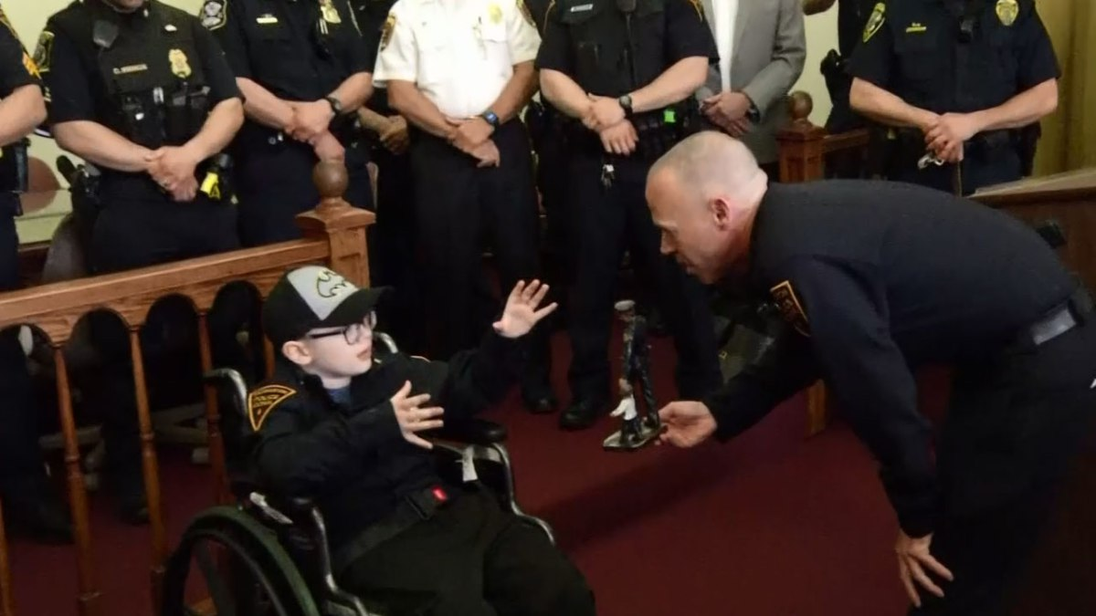 boy-becomes-police-chief_373436