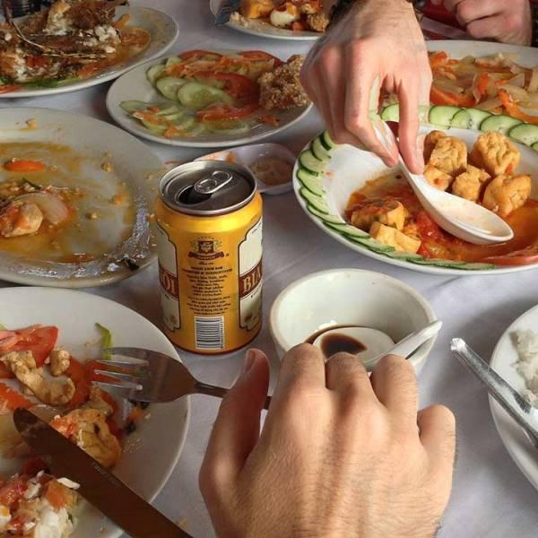 eating-food-at-restaurant-generic_324846